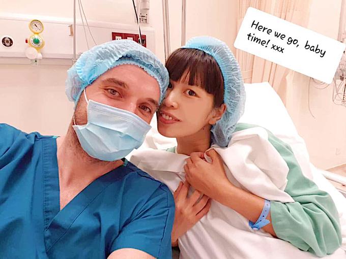 Trước lúc vào phòng mổ, Hà Anh vẫn rạng rỡ selfie cùng ông xã. Cô tâm sự rằng khivượt cạn cô mới cảm nhận được tình mẫu tử thiêng liêng sau 9 tháng 10 ngày mang bầu.