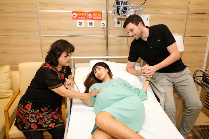 Sáng sớm hôm nay, siêu mẫu được mẹ ruột - nhà báo, dịch giả Nguyễn Võ Lệ Hà và ông xã Olly đưa vào viện, chuẩn bị cho ca sinh mổ. Sức khoẻ của cô hoàn toàn khoả mạnh. Bản thân cô cũng rất mong đợi được nhìn thấy gương mặt nàng công chúa.