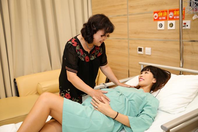 Mẹ ruột Hà Anh chuẩn bị những đồ dùng cần thiết để chuẩn bị chào đón cháu gái. Bà cũng động viên con giữ bình tĩnh khi vượt cạn.