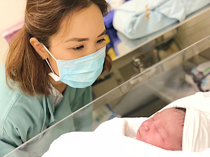 Hà My, em gái Hà Anh say sưa ngắm cháu gái còn đang lim dim ngủ.