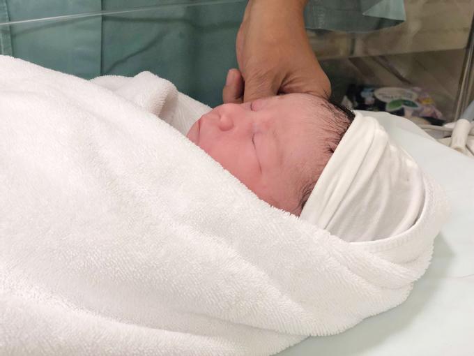 Gia đình Hà Anh rất hạnh phúc bởi em bé chào đời khoẻ mạnh. Gương mặt nàng công chúa có nhiều nét giống cả ba lẫn mẹ, làn da trắng hồng và mái tóc đen.