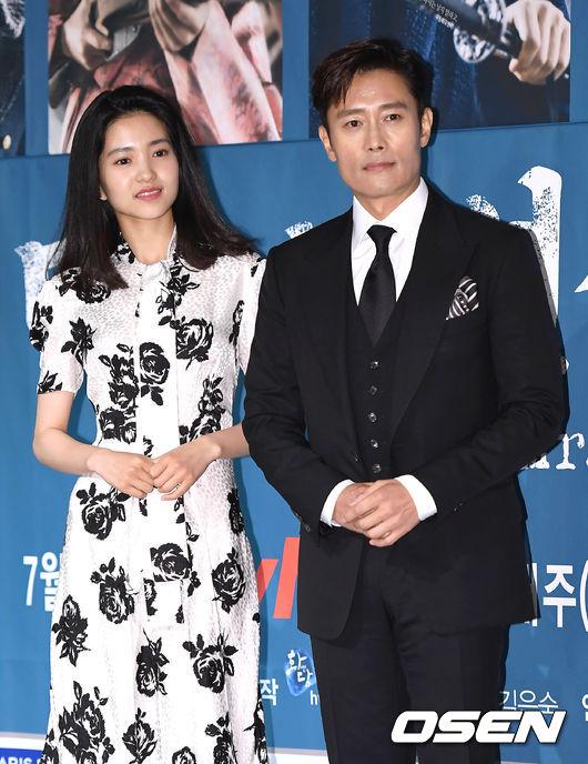 Chiều nay 26/6, dàn diễn viên Lee Byung Hun, Kim Tae Ri... dự buổi họp báo phim mới Mr Sunshine. Tác phẩmcủa TvN sản xuất, có nội dung xoay quanh tình yêucủa một cặp đôi trong bối cảnh chiến tranh khốc liệt: Eugene Choi (Lee Byung Hun đóng) - một thanh niên gốcHàn Quốc trở về Joseon với tư cách một người lính Mỹ, anh gặpKo Ae Shin (Kim Tae Ri đóng), con gái của một tầng lớp quý tộc sa sút. Hai người đến từ hai phương trời khác nhau sau đó cùng chung một chiến hào để bảo vệ Joseon trước quân đội Nhật Bản...