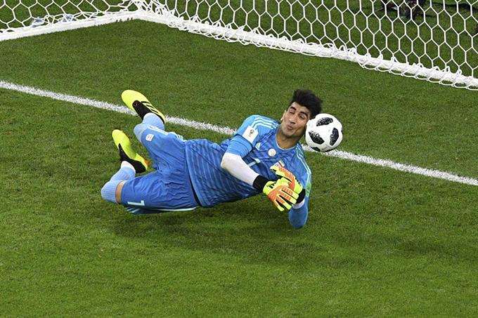 Alireza Beiranvand đẩy cú penalty của C. Ronaldo. Ảnh: The Sun.