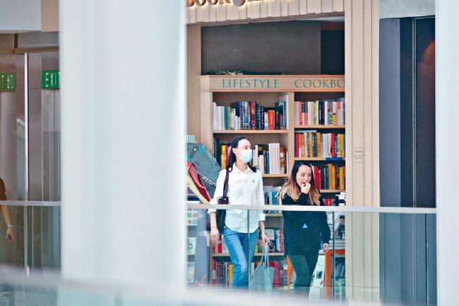 Nữ diễn viên sau đó rẽ vào một tiệm sách, lựa chọn một số sách cho các con.
