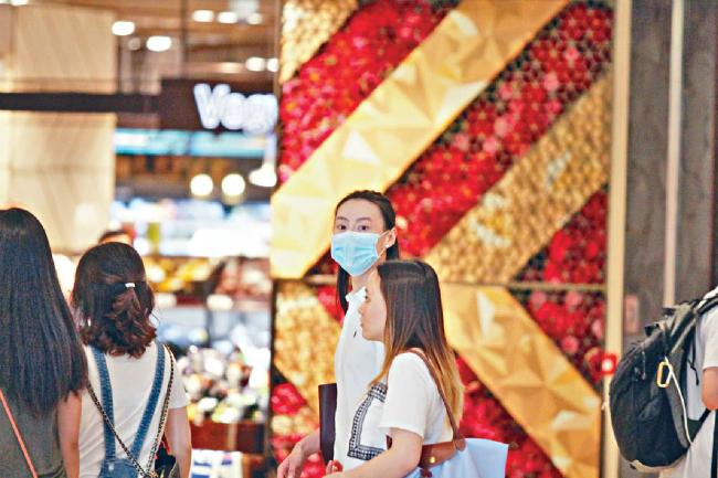 Trở về Hong Kong sau thời gian dài sinh sống ở nước ngoài, Lương Lạc Thi được báo chí quê nhà quan tâmsăn đón. Hôm 25/6, cô bị bắt gặp khiđi siêu thị mua sắm. Bịt khẩu trang che mặt, diễn viên Xácướp Ai Cập vào một cửa hàngđồ lótđang giảm giá sâuđể chọnđồ.