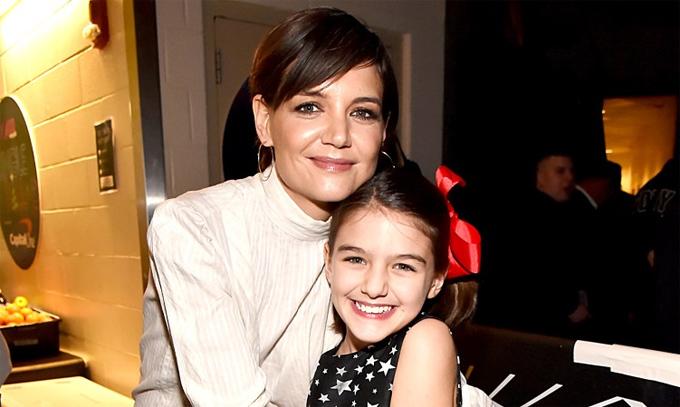 Suri và nữ diễn viên Katie Holmes hiện sống ở thành phố New York. Suri được mẹ nuôi dạy như những đứa trẻ bình thường khác, có lối sống rất giản dị. Khác với một tiểu thư Cruise sanh chảnh và kiêu kỳ ngày bé, lớn lên Suri trở thành một cô bé tươi vui, khiêm tốn và chan hòa với bạn bè.