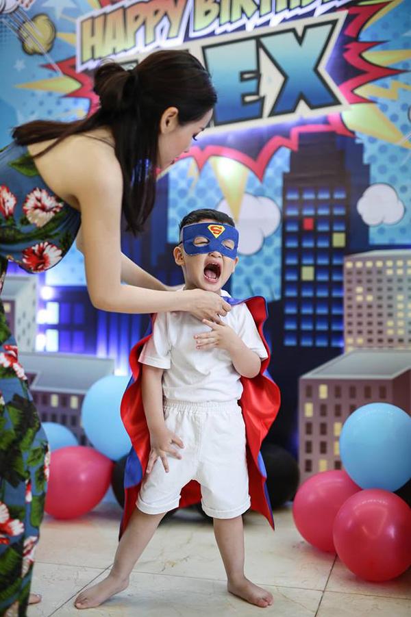 Nói về hoàng tử đầu lòng, Tâm Tít cho biết cậu nhóc rất hiếu động. Cậu nhóc có niềm đam mê lớn với thế giới siêu nhân.