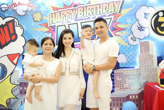 Mẹ ruột của Tâm Tít cũng qua nhà con gái để mừng sinh nhật cháu ngoại.