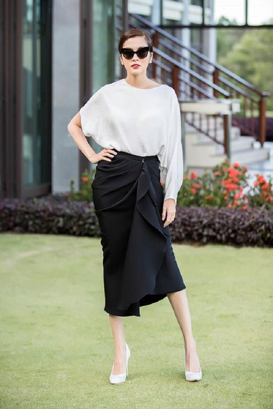 Tăng Thanh Hà với phong cách hiện đại khi diệnset đồ gồm áo lụa bất đối xứng và chân váy vạt quấn, xếp nếp độc đáo.