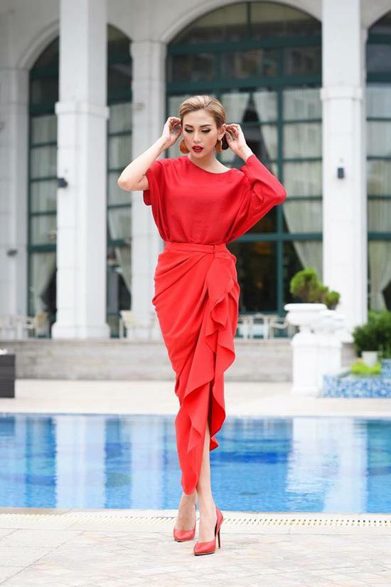 Vẫn là kiểu dáng của áo bất đối xứng, chân váy tạo gối nếp gấp nhưng set đồ của Võ Hoàng Yến hút mắt hơn nhờ sắc màu rực rỡ.