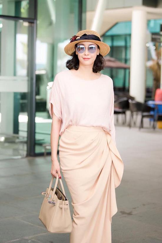 Ngoài hai sắc màu trắng đen quen thuộc, Đỗ Mạnh Cường còn sử dụng thêm màu kem, nude, đỏ cho kiểu dáng trang phục best seller