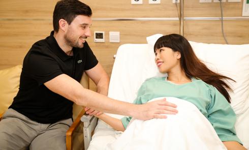 Siêu mẫu Hà Anh sinh con gái nặng 4,4 kg