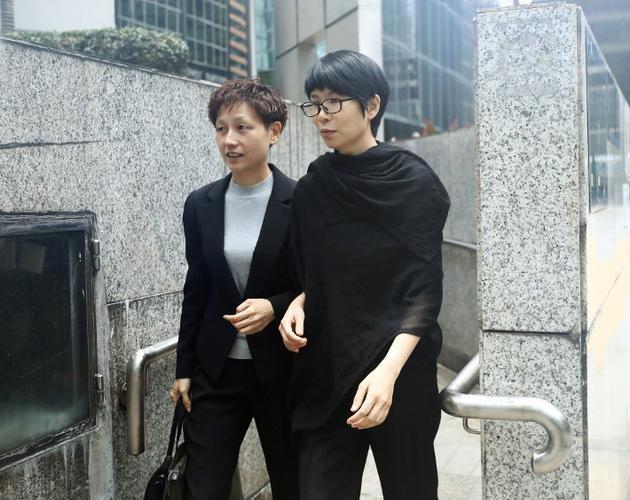 Quản lý cũcủaTrương Trí Lâm (phải) đến tòa án dự phiên xử.