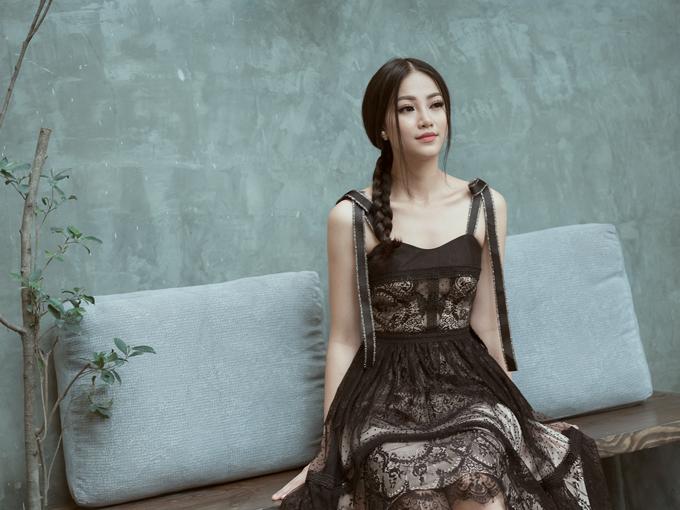 Ngoài trang phục đi làm, váy áo dạo phố, những kiểu đầm điệu đà để đi tiệc cũng được phái đẹp công sở quan tâm.