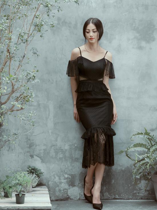 Trong bộ sưu tập mới, nhà thiết kế Nguyễn Hà Nhật Huy chọn tôn đen cùng chất liệu thoáng mát để mang tới nhiều mẫu váy đi tiệc mùa hè.