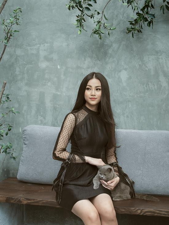 Mẫu váy liền thân thể hiện vẻ đẹp thanh lịch và gợi cảm được phối hợp các chất liệu lựa và vải xuyên thấu chấm bi.