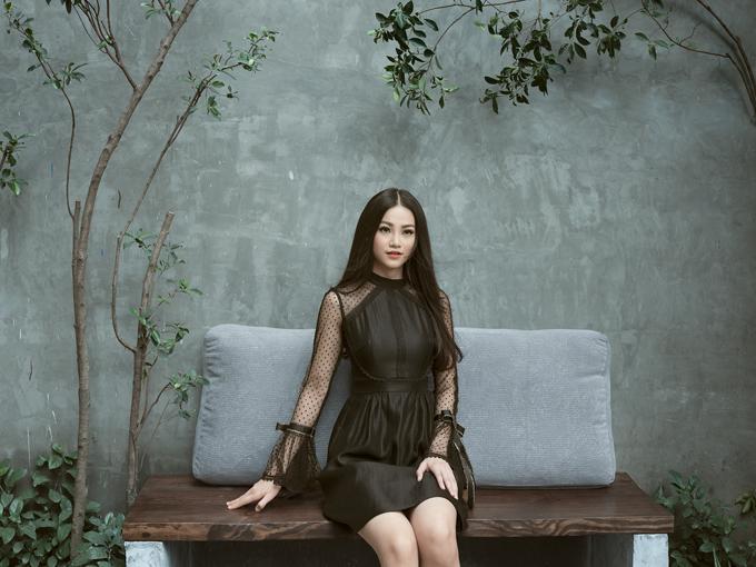 Ngoài điểm nhấn xiết eo, phần tay loe cũng được chăm chút kỹ lưỡng để tạo ấn tượng cho mẫu váy.