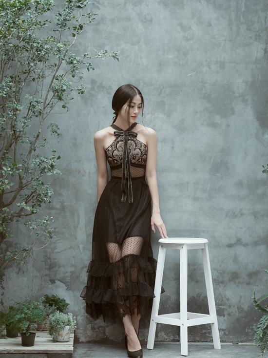 Chất liệu vải lưới xuyên thấu được bố trí ấn tượng trên nhiều vị trí của trang phục.