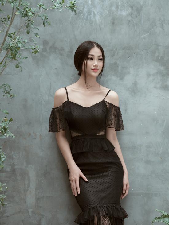 Cách phối hợp các kiểu dáng váy rớt vai, đầm peplum, chân váy bút chì mang đến kiểu trang phục mới mẻ.
