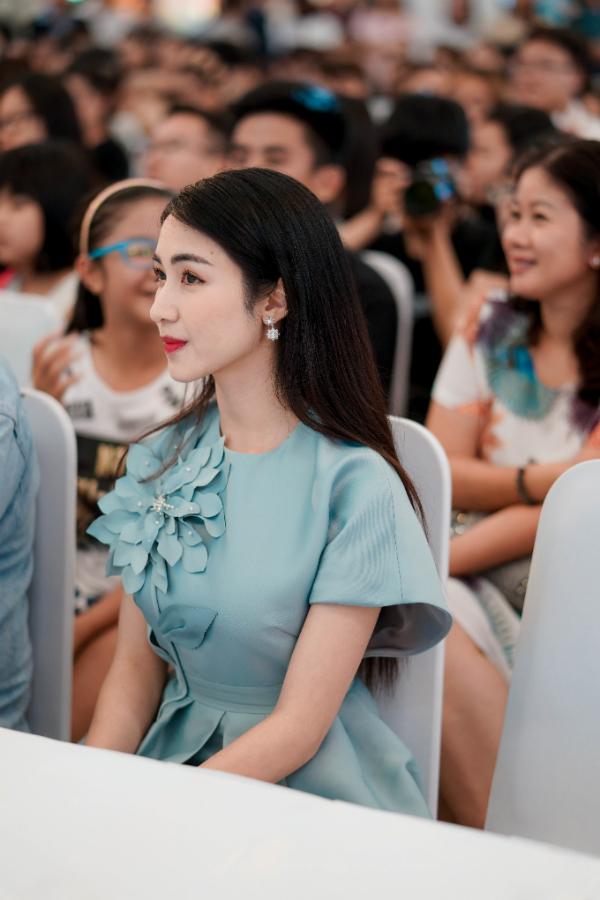 Hòa Mizy xuất hiện với trang phục nhã nhặn và ngọt ngào.