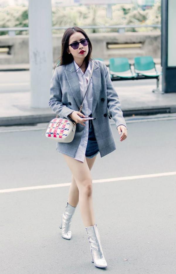 Dù chiếc áo khoác của Zara có phần hơi rộng, Chi Pu vẫn cứu set đồ với một chiếc túi đeo Gucci và đôi giày ánh bạc.