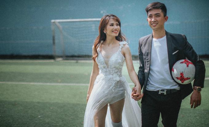 Vốn là người yêu thích môn bóng đá và được sự gợi ý của nhiếp ảnh gia, uyên ương quyết định chọn sân bóngđể thực hiện hình cưới.Bộ ảnh được thực hiện trong nửa ngày tại các địa điểm thuộc Phước Long, Bình Phước.