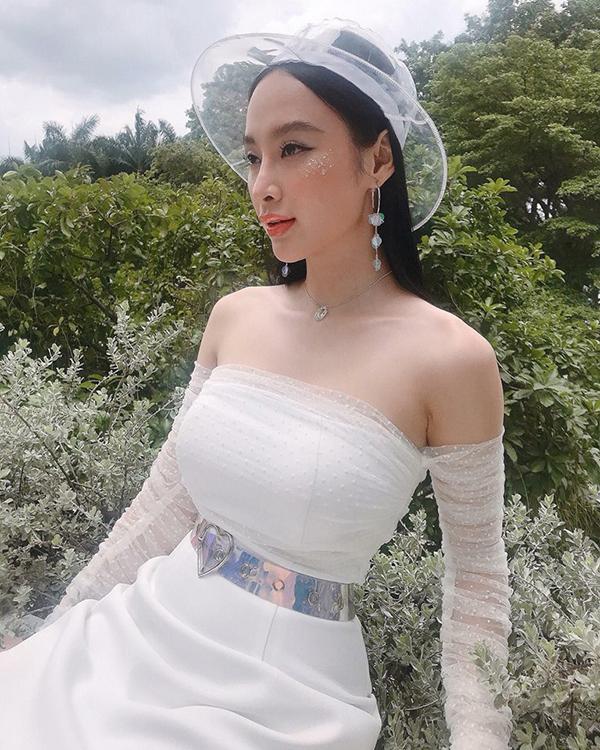 Angela Phương Trinh luôn nhanh nhậy trong việc cập nhật xu hướng thời trang mới để giúp mình ghi điểm về phong cách street style.