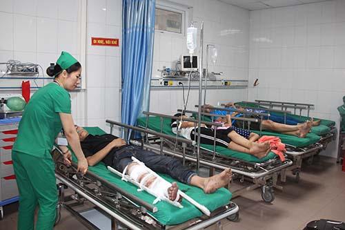 Các nạn nhân trong vụ tai nạn được chuyển về bệnh viện 115 Nghệ An. Ảnh:Nguyễn Hải.