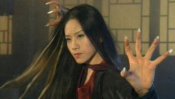 Dương Lệ Bình sinh năm 1958 tại Vân Nam, Trung Quốc được biết đến với vai ác nữ Mai Siêu Phong