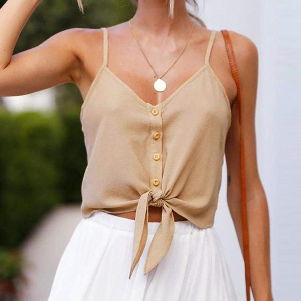 Áo hai dây buộc vạt dễ dàng mix ăn ý cùng nhiều kiểu quần hay chân váy.