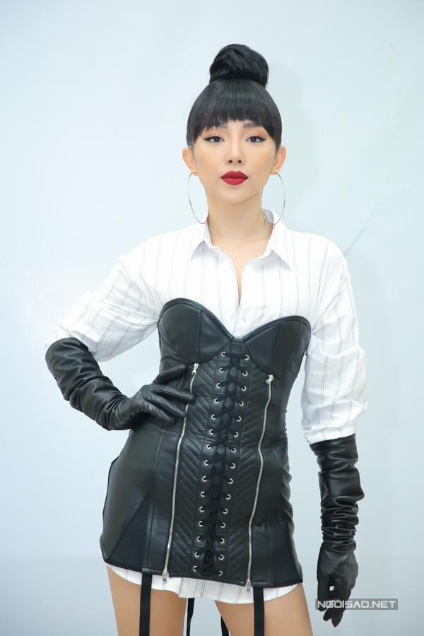 Tóc Tiên gây ấn tượng khi kết hợpcorset da dáng dàivới áo sơ mi trắng.