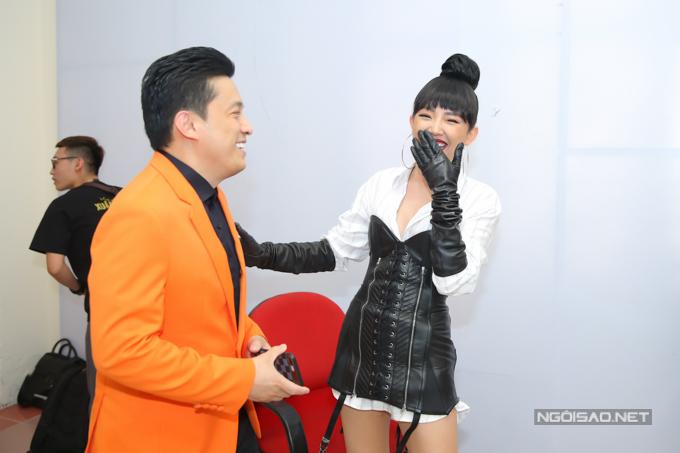 Nữ ca sĩ Ngày mai cười tít mắt khi trò chuyện với đàn anh Lam Trường.