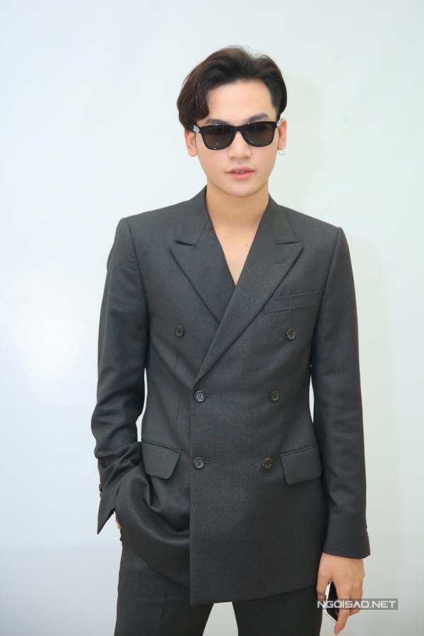 Quán quân Giọng hát Việt 2017 Ali Hoàng Dương đảm nhận vai trò MC đồng hành của mùa thi năm nay.