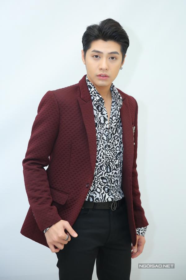 Noo Phước Thịnh định hình phong cách trẻ trung nhưng vẫn lịch lãm tại Giọng hát Việt 2018 khi thường xuyên diện vest màu sắc kết hợp với phụ kiện.