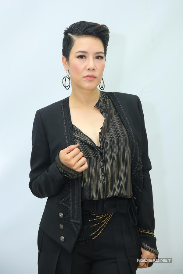 Tại Giọng hát Việt 2018, Thu Phương trung thành với phong cách cá tính. Cô gợi lại hình ảnh của mình cách đây gần 20 năm khi cắt tóc kém.