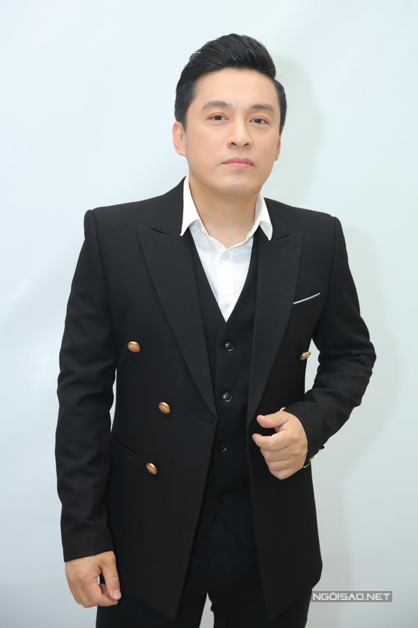 Lam Trường thay suit đen kết hợp với sơ mi trắng để đồng điệu với các đồng nghiệp trên ghế nóng.