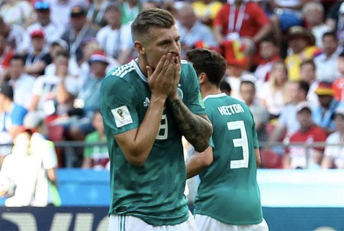 Toni Kroos chắc hẳn không thể tin nổi điều gì đang xảy ra với đội nhà. Ảnh: Reuters