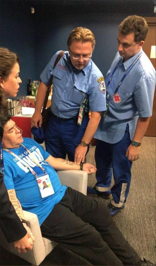 Các bác sĩ đã có mặt kiểm tra huyết áp, cho uống thuốc và yêu cầu Cậu bé vàng phải nghỉ ngơi. Ngay sau đó, ông đã được chuyển vào bệnh viện để kiểm tra sức khỏe lần nữa, đề phòng những trường hợp rủi ro có thể xảy ra.