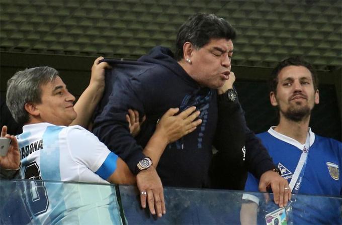 Maradona phải nhập viện sau khi Argentina chiến thắng - 5