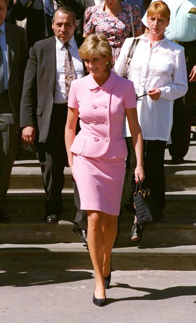 Bà Diana cũng kết hợp giày đen với bộ váy hồng khi đến Australia năm 1995. Ảnh: Express.