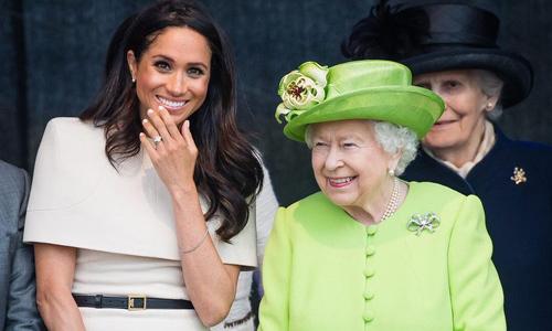 'Bóc giá' 3 set đồ Meghan Markle mặc khi xuất hiện cùng Nữ hoàng