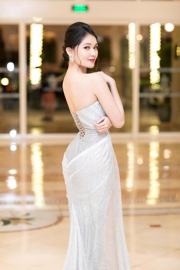 Thùy Dungbúi tóc và trang điểm nhẹ nhàng. Kề từ khi đăng quang Á hậu 2 Hoa hậu Việt Nam 2016, côxây dựng phong cách thanh lịch, duyên dáng mỗi khi xuất hiện trước công chúng.