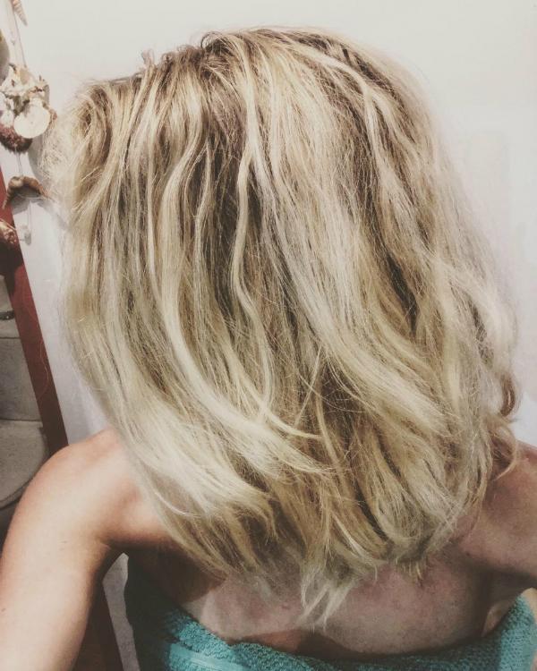 Sau 6 tháng No Poo, Virginia thấy mái tóc khỏe hơn và da đầu giảm hẳn tình trạng dầu thừa.