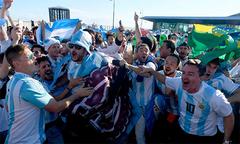 CĐV ở Argentina ăn mừng như thể đội nhà vô địch sau bàn thắng của Rojo