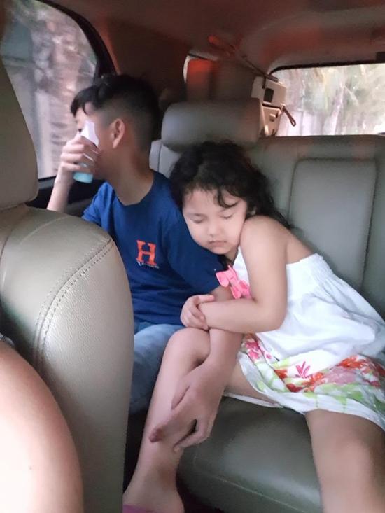 Khi di chuyển đến các địa điểm vui chơi, bé Na ngủ gật trên xe nhưng vẫn ôm chặt anh trai.