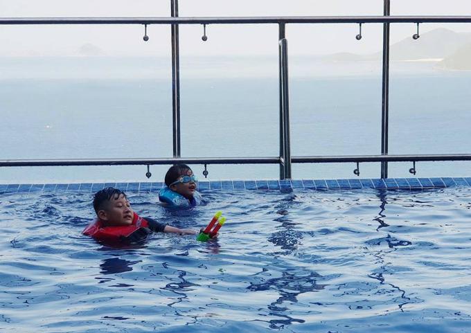 Bảo Nam và bé Na đều thích bơi lội nên trong suốt kỳ nghỉcả hai đòi bố mẹ cho xuống hồ bơi chơi đùa cả ngày.