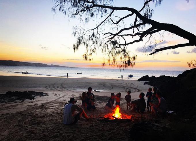 Lướt sóng, câu cá và ngắm hoàng hôn, không còn muốn gì hơn thế, Chris tâm sự khi chia sẻ bức ảnh gia đình quây quần trên bãi biển khi chiều buông.