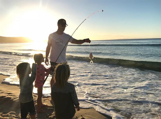 Mỗi khi rảnh rỗi, Chris lại đưa các con ra biển chơi. Anh và nữ diễn viên Fast and Furious có 3 người con: con gái lớn India Rose 5 tuổi và hai con trai song sinh Tristan - Sasha 3 tuổi.
