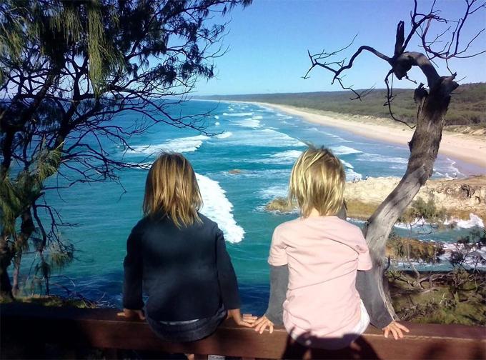 Các cậu con trai của Chris Hemsworth cũng trở nên lãng mạn trước khung cảnh nên thơ của biển xanh và những con sóng bạc đầu trên vịnh Byron.