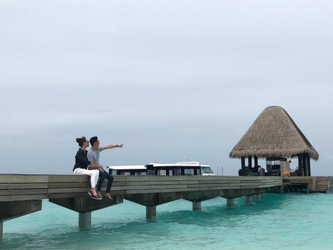 Doanh nhân phố núi nắm chặt tay bạn gái, cả hai cùng nhìn về phía xa kèm theo chú thích One Direction (tạm dịch: Nhìn về một hướng). Cặp đôi đang có chuyến du lịch hạnh phúc bên nhau ở Maldives.